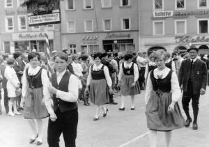 Maidultfestzug 1969 in Passau, rechts im Bild Vorstand Franz Xaver Eder