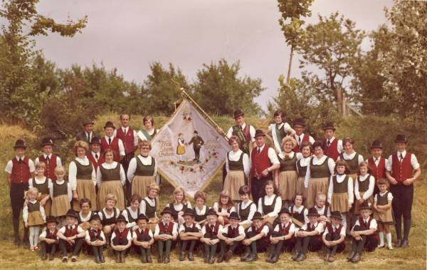 Fahnenweihe 1971: Der Festverein mit der neuen Fahne, in der Mitte rechts Vorstand Ludwig Wanner