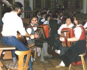 Das erste Volksmusikseminar 1987: Die Musiklehrer spielen im Gasthaus Gutsmidl auf