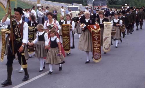 40-jähriges Gründungsfest 1987 - Der Jubelverein mit Fahnenmutter und Festjungfrauen