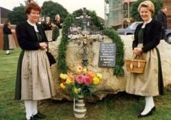 Das Dorfkreuz von Alkofen bei der Einweihung