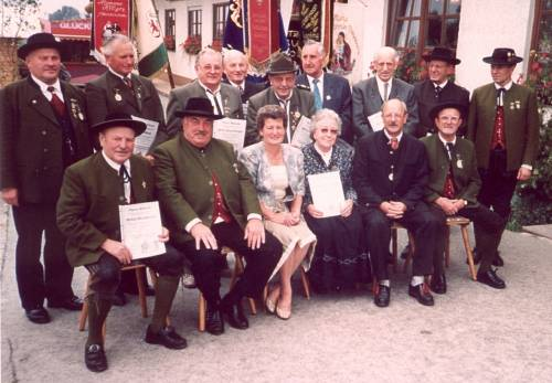 Beim 50-jährigen Gründungsfest 1996: Die Gründungsmitglieder mit den Ehrengästen vorm Vereinslokal.
