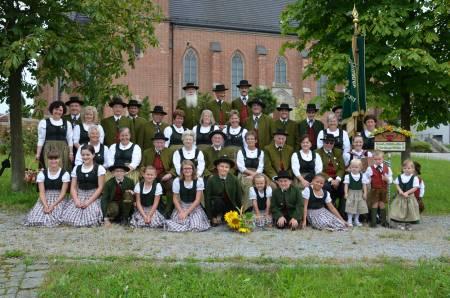Gruppenfoto am Dorfplatz vor der Pfarrkirche Alkofen 2016