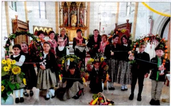 Die Kinder und Jugendlich vom Heimat- und Trachtenverein hatten aufwendige Blumenbögen für das Erntedankfest gebastelt.